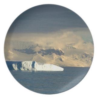 ドレークの開始の氷山はちょうど通過します プレート
