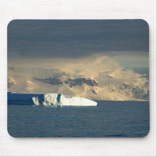 ドレークの開始の氷山はちょうど通過します マウスパッド