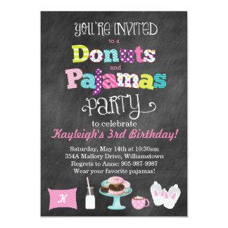 ドーナツおよびパジャマの黒板のスタイルの招待状 カード
