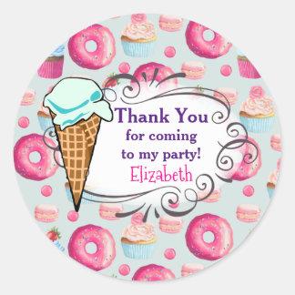 ドーナツのマカロンおよびカップケーキのパーティーは感謝していしています ラウンドシール