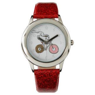 ドーナツ車輪が付いている自転車に乗るコップ 腕時計