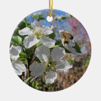 ナシの花を持つ蜜蜂 セラミックオーナメント