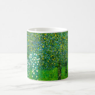 ナシ木のマグの下のグスタフのクリムトのバラ コーヒーマグカップ