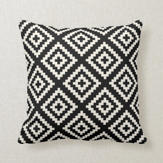 ナバホー人の幾何学的で黒く、クリーム色パターン クッション