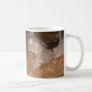 ナマズは猫をつかまえました! コーヒーマグカップ