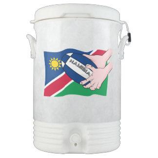 ナミビアの旗のラグビーのボールの漫画手 ドリンククーラー