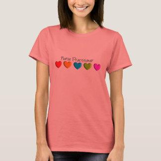 ナースの従業者のカラフルのハート Tシャツ