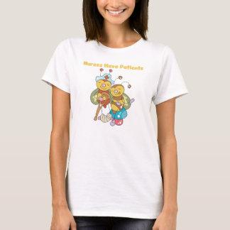 ナースは患者のTシャツを持っています Tシャツ