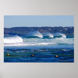 ニューキャッスルの内部のビーチNSWオーストラリアを転がる波 ポスター