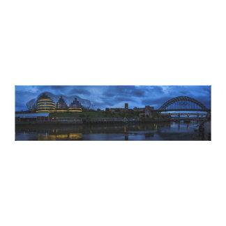 ニューキャッスル/Gateshead Tynebridgeのオリンピックパノラマ式 キャンバスプリント