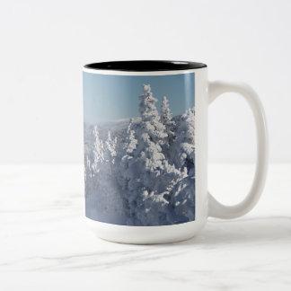 ニューハンプシャーの白い山 ツートーンマグカップ