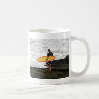 ニューポートロードアイランドのサーファー コーヒーマグカップ