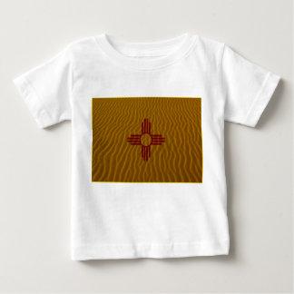 ニューメキシコの旗のデザートの砂 ベビーTシャツ