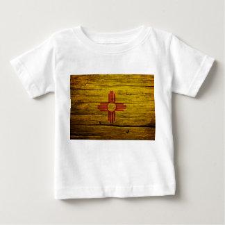 ニューメキシコの旗の素朴な木 ベビーTシャツ