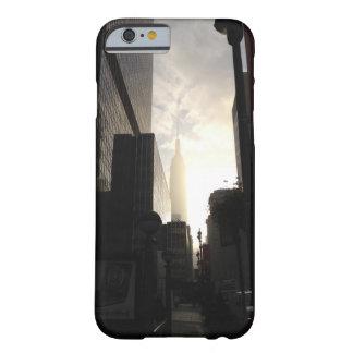 ニューヨークのエンパイア・ステート・ビルディングの日の出の写真 BARELY THERE iPhone 6 ケース
