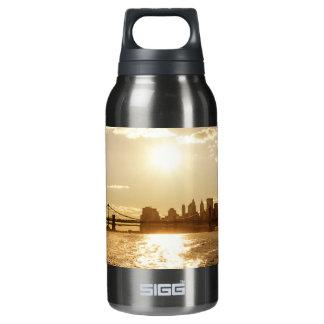 ニューヨークのスカイライン上の都市景観の日没 断熱ウォーターボトル