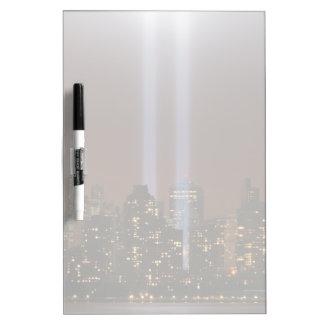 ニューヨークのライトの世界貿易センター捧げ物。 ホワイトボード