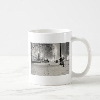 ニューヨークの冬- Snowy夜-ブライアント公園 コーヒーマグカップ