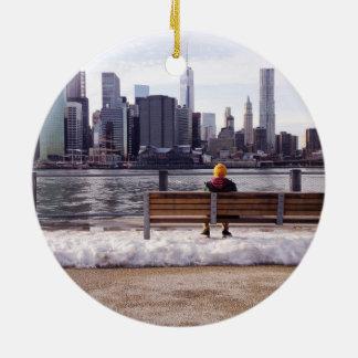 ニューヨークシティのスカイラインの冬 セラミックオーナメント