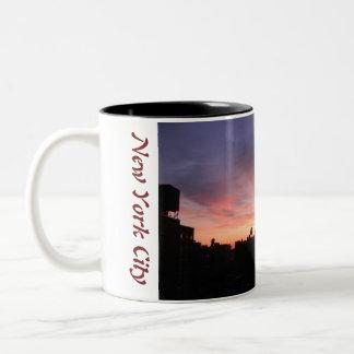 ニューヨークシティの北西側の日没1 ツートーンマグカップ
