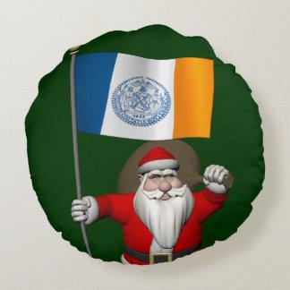 ニューヨークシティの旗を持つサンタクロース ラウンドクッション