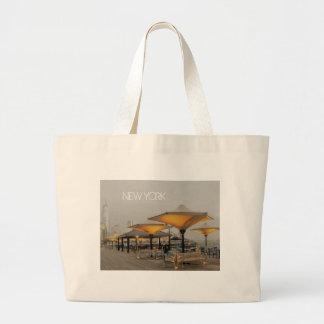 ニューヨークシティの眺めのベンチ ラージトートバッグ
