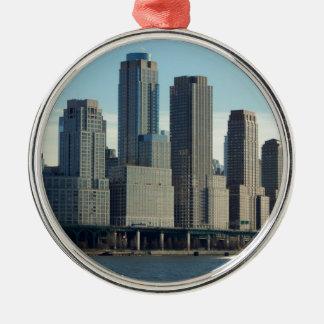 ニューヨークシティの高い建物の川の眺め メタルオーナメント