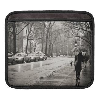 ニューヨークシティ-グリニッチビレッジの雨の日 iPadスリーブ