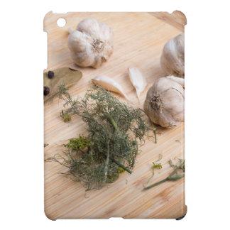 ニンニクおよび乾燥されたスパイスのクローズアップを持つ木板 iPad MINIケース