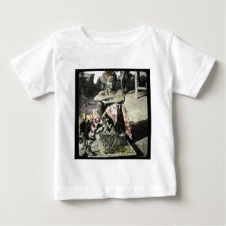 ネイルのベッドのインド幻灯のスライドの苦行僧 ベビーTシャツ