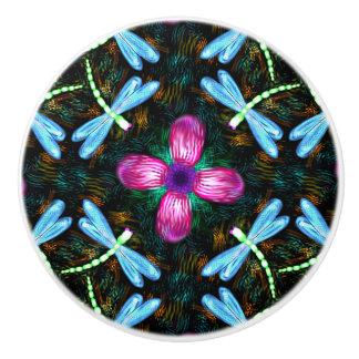 ネオントンボのピンクの花の黒のきらめくパターン セラミックノブ