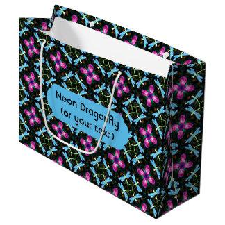ネオントンボのピンクの花の黒のきらめくパターン ラージペーパーバッグ