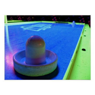 ネオンライトを用いるホッケーのテーブルそして木槌を乾燥して下さい ポスター