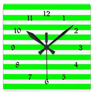 ネオンライムグリーンおよび白のストライプパターンノベルティ スクエア壁時計