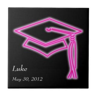 ネオン卒業生の帽子のピンク タイル