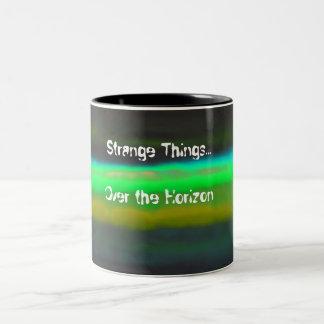 ネオン緑の霞及び奇妙なthingsBlackの背景 ツートーンマグカップ
