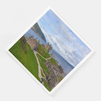 ネス湖、スコットランドに沿うUrquhartの城の台なし