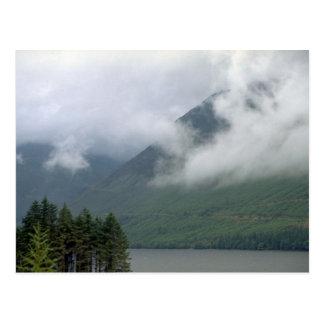 ネス湖、北スコットランド上の霧 ポストカード