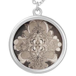 ネックレスのあたりでめっきされるLe Liza Designsの大きい銀 シルバープレートネックレス