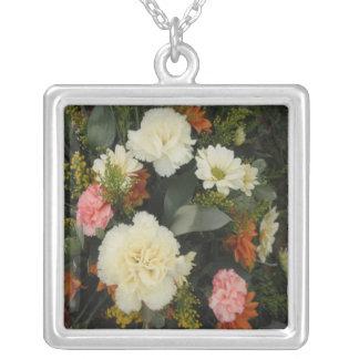 ネックレスのカーネーションの花束 シルバープレートネックレス