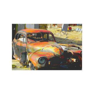 ネバダのキャンバスで捨てられる断念された古い車 キャンバスプリント