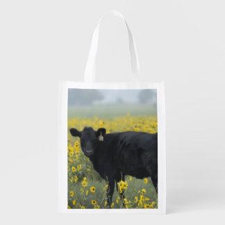 ネブラスカのヒマワリの中の子牛 エコバッグ