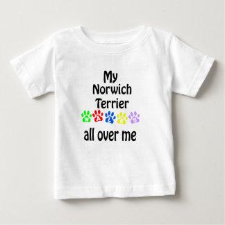 ノリッジテリアの歩行のデザイン ベビーTシャツ