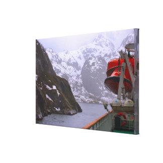 ノルウェーのフィヨルドに入る遊航船 キャンバスプリント