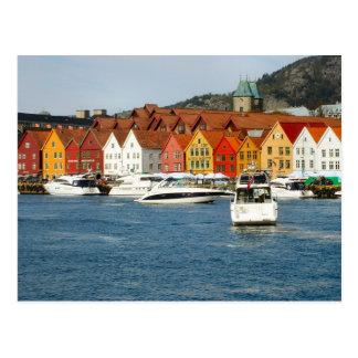 ノルウェーの水辺地帯の色彩の鮮やかな家 ポストカード