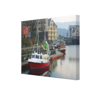 ノルウェーのquaysideのモダンな漁船 キャンバスプリント