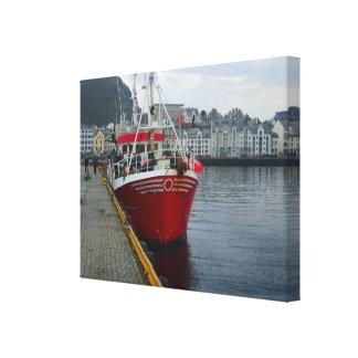 ノルウェーは波止場によって、深海の漁船繋ぎ止めました キャンバスプリント