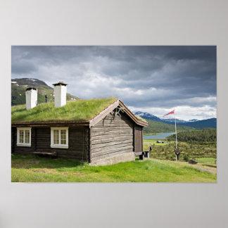 ノルウェーポスターの芝地の屋根の丸太小屋 ポスター