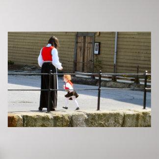 ノルウェー、ベルゲンのミイラおよび女の子のための国民の衣裳 ポスター