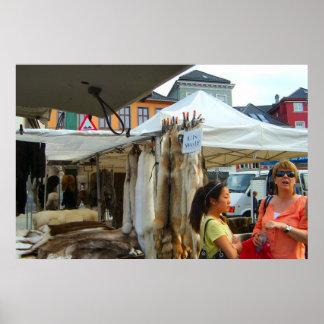 ノルウェー、ベルゲンの市場のオオカミの皮 ポスター